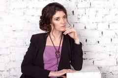 Πορτρέτο ενός brunette με μια διακοσμημένη με χάντρες διακόσμηση Στοκ εικόνα με δικαίωμα ελεύθερης χρήσης