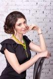 Πορτρέτο ενός brunette με μια διακοσμημένη με χάντρες διακόσμηση Στοκ Εικόνα