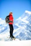 Πορτρέτο επιτυχίας γυναικών στην αιχμή βουνών Στοκ Φωτογραφίες