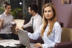 Πορτρέτο επιχειρηματιών με το lap-top Στοκ φωτογραφία με δικαίωμα ελεύθερης χρήσης