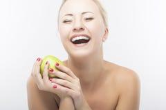 Πορτρέτο ευτυχές καυκάσιο να κάνει δίαιτα γυναικών και της κατανάλωσης της Apple. Θεραπεύστε Στοκ Φωτογραφίες