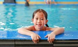 Πορτρέτο ευτυχές λίγου ασιατικού κοριτσιού παιδιών που μαθαίνει να κολυμπά στη λίμνη Κινηματογράφηση σε πρώτο πλάνο απότομα στοκ εικόνα