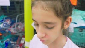 Πορτρέτο ευτυχούς ενός εφηβικού ποιος μετρά τη μάσκα για το σκάφανδρο βουτώντας στο κατάστημα απόθεμα βίντεο