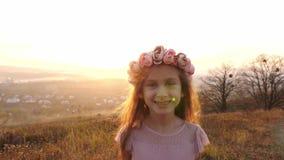 Πορτρέτο ευτυχών δύο κοριτσιών στο λιβάδι Ένα κορίτσι που πηγαίνει σε μια κάμερα φιλμ μικρού μήκους