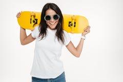 Πορτρέτο εύθυμο νέο skateboard εκμετάλλευσης γυναικών Στοκ Φωτογραφίες