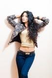 Πορτρέτο ελκυστικού κοριτσιού γυναικών brunette του όμορφου προκλητικού νέου με τη μακρυμάλλη εξέταση μπλε ματιών τη κάμερα στο άσ Στοκ Εικόνα