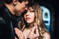 πορτρέτο ζευγών προκλητικό Όμορφο να αγγίξει ζευγών το ένα στο άλλο υπαίθριο Στοκ Εικόνες
