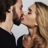 Πορτρέτο ζευγών φιλήματος ρομαντική όμορφη γυναίκα και όμορφος άνδρας Στοκ εικόνες με δικαίωμα ελεύθερης χρήσης