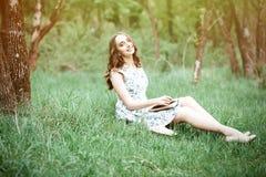 Πορτρέτο θερινής ημέρας μιας όμορφου χαριτωμένου νέου γυναίκας ή ενός κοριτσιού sitt στοκ φωτογραφία με δικαίωμα ελεύθερης χρήσης