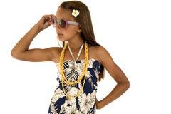 Πορτρέτο διασκέδασης του χαριτωμένου κοριτσιού μαυρίσματος που φορά ένα τροπικό φόρεμα στοκ εικόνες