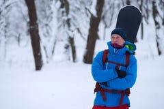 Πορτρέτο ικανοποιημένου snowboarder στο δάσος Στοκ Φωτογραφίες