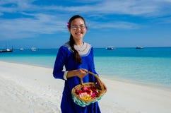 Πορτρέτο και ασιατική εξέταση παράνυμφος τον τροπικό γάμο στις Μαλδίβες Στοκ Φωτογραφίες