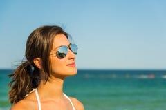 Πορτρέτο και θάλασσα κοριτσιών στοκ εικόνα
