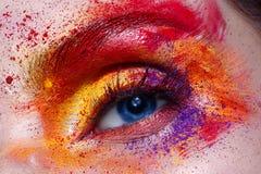 Πορτρέτο και μάτι κινηματογραφήσεων σε πρώτο πλάνο Δημιουργικό ζωηρόχρωμο ουράνιο τόξο makeup Τέλειο λάμποντας δέρμα Η φωτογραφία στοκ εικόνα με δικαίωμα ελεύθερης χρήσης