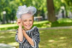Πορτρέτο κινηματογραφήσεων σε πρώτο πλάνο ενός κοριτσιού στα πορφυρά λουλούδια υπαίθρια το καλοκαίρι Στοκ εικόνες με δικαίωμα ελεύθερης χρήσης