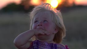 Πορτρέτο κινηματογραφήσεων σε πρώτο πλάνο ενός μικρού κοριτσιού που εξετάζει τον ουρανό κίνηση αργή απόθεμα βίντεο