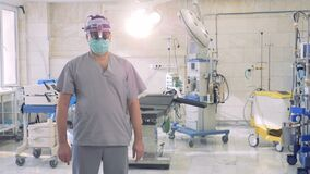 Πορτρέτο κινηματογραφήσεων σε πρώτο πλάνο ενός πεπειραμένου γιατρού που εξετάζει τη κάμερα απόθεμα βίντεο
