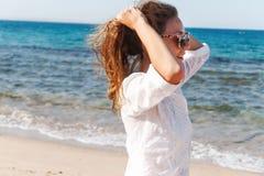 Πορτρέτο κινηματογραφήσεων σε πρώτο πλάνο ενός όμορφου νέου κοριτσιού brunette με το μακροχρόνιο χ Στοκ εικόνα με δικαίωμα ελεύθερης χρήσης