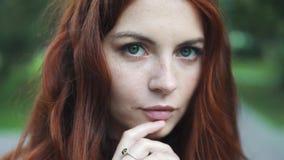 Πορτρέτο κινηματογραφήσεων σε πρώτο πλάνο ενός όμορφου κοκκινομάλλους κοριτσιού με τα εκφραστικά μάτια απόθεμα βίντεο