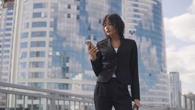 Πορτρέτο κινηματογραφήσεων σε πρώτο πλάνο μιας γυναίκας σε ένα επίσημο κοστούμι νέα επιχειρησιακή γυναίκα που ένα μήνυμα σε ένα κ φιλμ μικρού μήκους