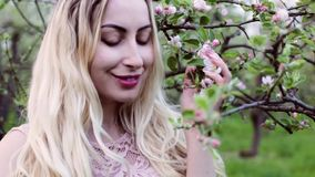Πορτρέτο κινηματογραφήσεων σε πρώτο πλάνο μιας γυναίκας την άνοιξη απόθεμα βίντεο