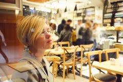 Πορτρέτο κινηματογραφήσεων σε πρώτο πλάνο μιας κομψής μέσης ηλικίας γυναίκας που φορά τα γυαλιά στοκ εικόνες