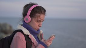 Πορτρέτο κινηματογραφήσεων σε πρώτο πλάνο μιας νέας γυναίκας που στέκ φιλμ μικρού μήκους