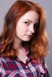 Πορτρέτο κινηματογραφήσεων σε πρώτο πλάνο μιας σοβαρής νέας γυναίκας Στοκ Εικόνες