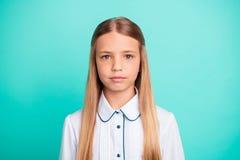 Πορτρέτο κινηματογραφήσεων σε πρώτο πλάνο της αυτή ελκυστικό ελκυστικό καλό γοητευτικό βέβαιο ήρεμο ειρηνικό κορίτσι προ-εφήβων π στοκ εικόνα με δικαίωμα ελεύθερης χρήσης
