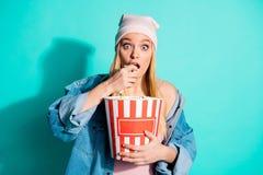 Πορτρέτο κινηματογραφήσεων σε πρώτο πλάνο της αυτή συμπαθητική γοητευτική χαριτωμένη ελκυστική καλή χαριτωμένη φοβιτσιάρης εκμετά στοκ φωτογραφία