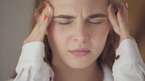 Πορτρέτο κινηματογραφήσεων σε πρώτο πλάνο της βέβαιας ξένοιαστης χαριτωμένης γυναίκας με τα διαφορετικά χρωματισμένα μάτια που εξ απόθεμα βίντεο