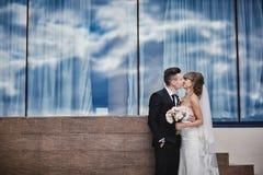 Πορτρέτο κινηματογραφήσεων σε πρώτο πλάνο της γαμήλιων νύφης και του νεόνυμφου με την τοποθέτηση ανθοδεσμών από τον παλαιό καθεδρ στοκ εικόνα με δικαίωμα ελεύθερης χρήσης