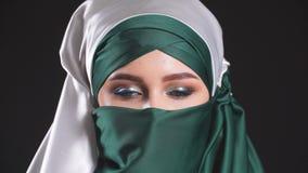 Πορτρέτο κινηματογραφήσεων σε πρώτο πλάνο της ελκυστικής νέας σύγχρονης μουσουλμανικής γυναίκας σε Hijab απόθεμα βίντεο