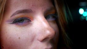 Πορτρέτο κινηματογραφήσεων σε πρώτο πλάνο της ελκυστικής ξανθής θηλυκής προσοχής στη κάμερα με τη ζωηρόχρωμη σύνθεση ματιών στο μ απόθεμα βίντεο