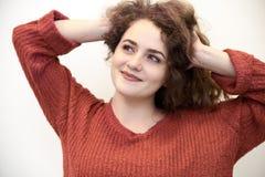 Πορτρέτο κινηματογραφήσεων σε πρώτο πλάνο της ελκυστικής εντυπωσιακής νέας γυναίκας με το μακροχρόνιο ρ στοκ φωτογραφίες