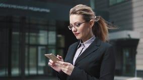 Πορτρέτο κινηματογραφήσεων σε πρώτο πλάνο της επιχειρησιακής γυναίκας με τα κινητά τηλεφωνικά χέρια απόθεμα βίντεο