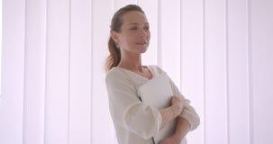 Πορτρέτο κινηματογραφήσεων σε πρώτο πλάνο της ηλικιωμένης καυκάσιας επιχειρηματία brunette που κρατά ένα lap-top εξετάζοντας τη κ απόθεμα βίντεο