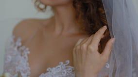 Πορτρέτο κινηματογραφήσεων σε πρώτο πλάνο της νέας λευκιάς νύφης απόθεμα βίντεο