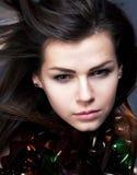 Πορτρέτο κινηματογραφήσεων σε πρώτο πλάνο της νέας ομορφιάς γυναικών - hairstyle Στοκ Φωτογραφία