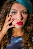 Πορτρέτο κινηματογραφήσεων σε πρώτο πλάνο της νέας όμορφης γυναίκας σε έναν σχεδιαστή ehat στοκ φωτογραφία με δικαίωμα ελεύθερης χρήσης