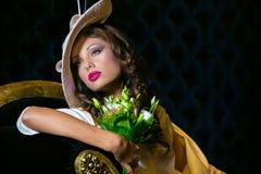 Πορτρέτο κινηματογραφήσεων σε πρώτο πλάνο της νέας όμορφης γυναίκας σε έναν σχεδιαστή ehat στοκ εικόνες