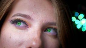 Πορτρέτο κινηματογραφήσεων σε πρώτο πλάνο της ξανθής θηλυκής προσοχής προς τα πάνω και στη κάμερα με τη ζωηρόχρωμη σύνθεση ματιών απόθεμα βίντεο