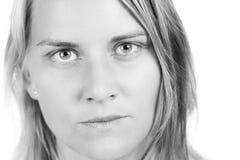 Πορτρέτο κινηματογραφήσεων σε πρώτο πλάνο της σοβαρής γυναίκας στοκ φωτογραφία με δικαίωμα ελεύθερης χρήσης