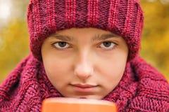 Πορτρέτο κινηματογραφήσεων σε πρώτο πλάνο της τοποθέτησης νεαρών άνδρων με ένα φλυτζάνι του τσαγιού στοκ εικόνες με δικαίωμα ελεύθερης χρήσης