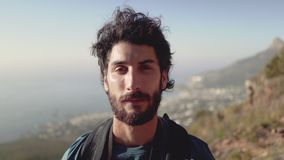 Πορτρέτο κινηματογραφήσεων σε πρώτο πλάνο του αρσενικού οδοιπόρου στο βουνό απόθεμα βίντεο