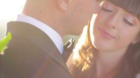 Πορτρέτο κινηματογραφήσεων σε πρώτο πλάνο του γαμήλιου ζεύγους σχετικά με τις μύτες υπαίθρια Κινηματογράφηση σε πρώτο πλάνο ενός  φιλμ μικρού μήκους