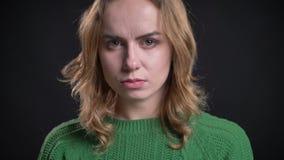 Πορτρέτο κινηματογραφήσεων σε πρώτο πλάνο του ενήλικου καυκάσιου θηλυκού που εξετάζει τη κάμερα με τη σοβαρή καιη έκφραση του προ απόθεμα βίντεο