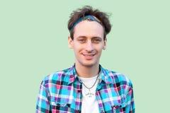 Πορτρέτο κινηματογραφήσεων σε πρώτο πλάνο του ευτυχούς επιτυχούς νεαρού άνδρα στο περιστασιακό μπλε ελεγμένο πουκάμισο και headba στοκ φωτογραφία με δικαίωμα ελεύθερης χρήσης
