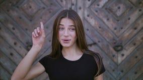 Πορτρέτο κινηματογραφήσεων σε πρώτο πλάνο του ευτυχούς κοιτάγματος νέων κοριτσιών έκπληκτου θετική ανθρώπινη συγκίνηση απόθεμα βίντεο