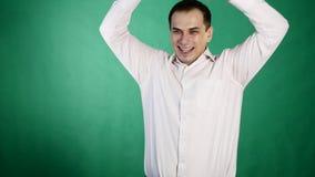 Πορτρέτο κινηματογραφήσεων σε πρώτο πλάνο του ευτυχούς νεαρού άνδρα που φαίνεται έκπληκτου θετική ανθρώπινη συγκίνηση Πράσινη ανα απόθεμα βίντεο